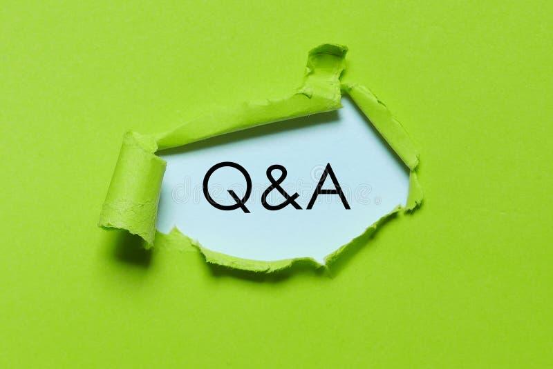 飞碟绿色被撕毁的纸写与Q&A 回答问题 免版税库存图片
