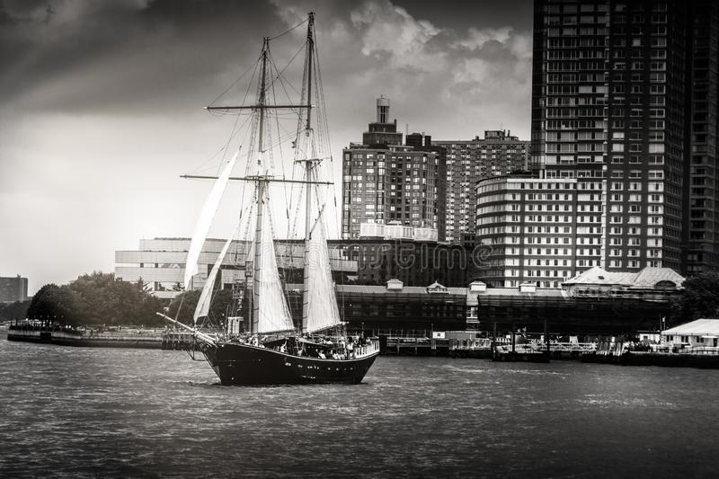 风船航行的黑白图象在哈得逊河的在Manattan 库存照片