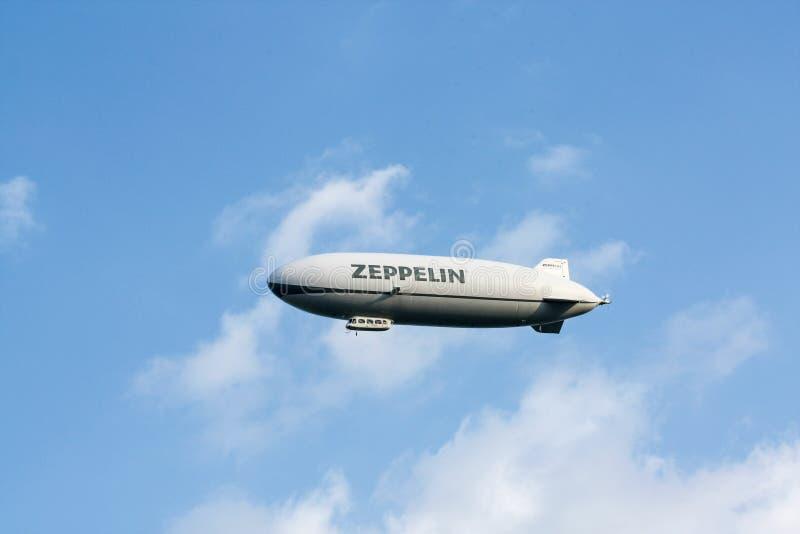 飞艇,在天空蔚蓝的策帕林飞艇飞行 免版税库存图片