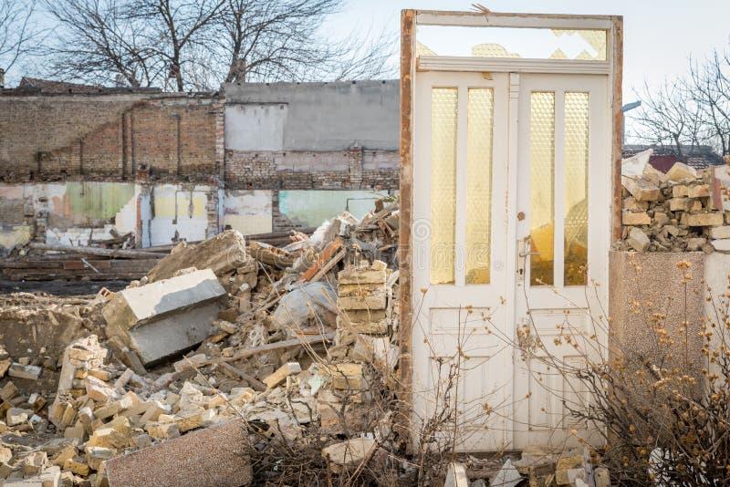 飓风或地震后果在被破坏的老房子的灾害损伤遗骸有倒塌的屋顶和墙壁的 免版税图库摄影