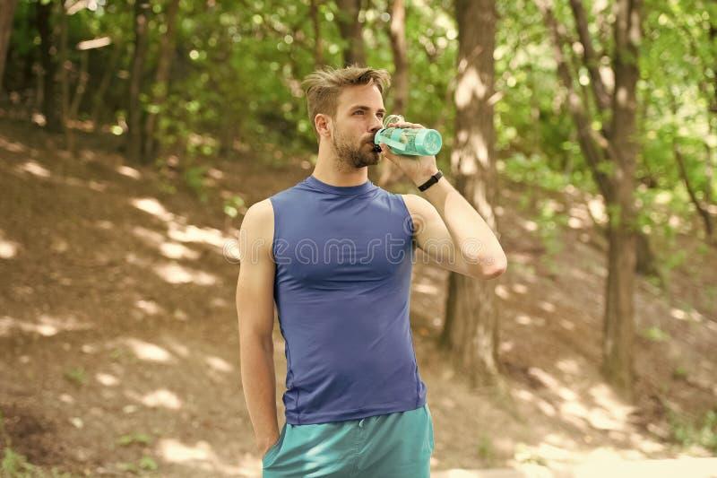 饮用水 在训练以后的人饮用水 喝健康水的人 运动员有干渴和饮用水 免版税图库摄影