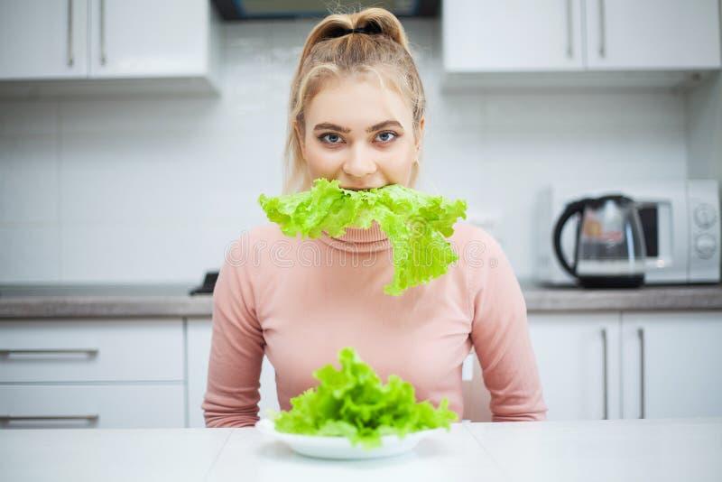 饮食绿色 吃健康食品-沙拉的年轻美女 图库摄影