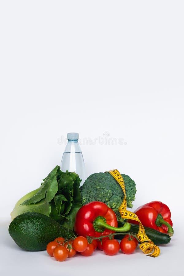 饮食的健康食品,与测量磁带的菜在白色背景 复制空间 图库摄影