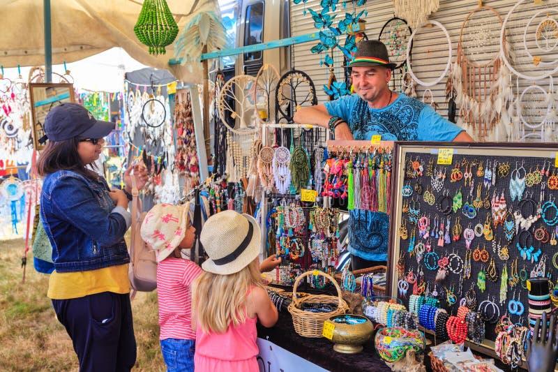首饰和dreamcatchers待售在一个旅行的市场 图库摄影