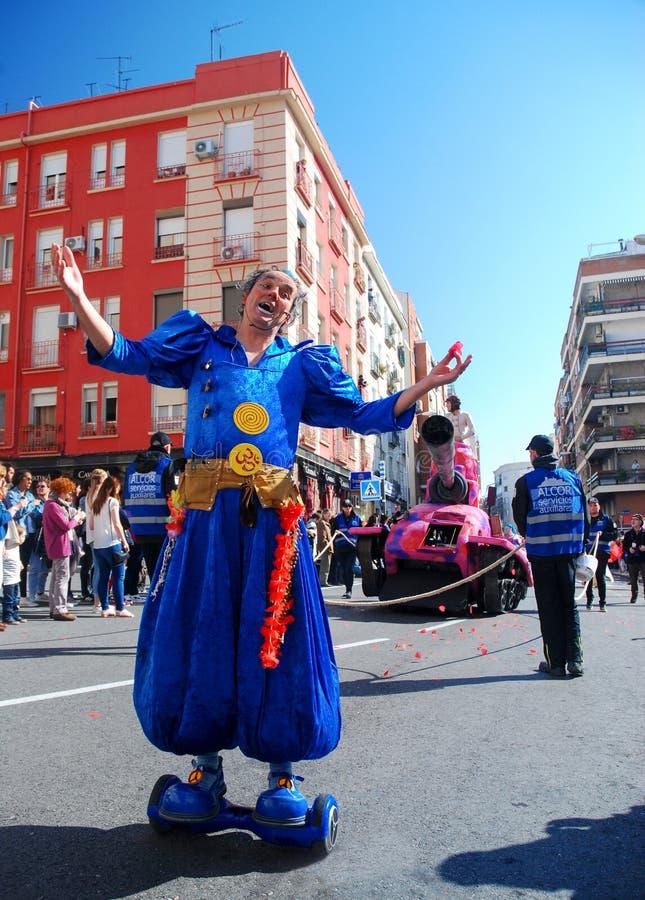 马德里,西班牙,2019年3月2日:狂欢节队伍,摆在为照相机的假装的小丑 免版税库存图片