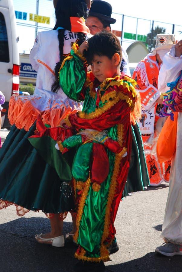 马德里,西班牙,2019年3月2日:狂欢节队伍,从玻利维亚的舞蹈小组舞蹈家的男孩有在以后的传统服装的 免版税库存图片
