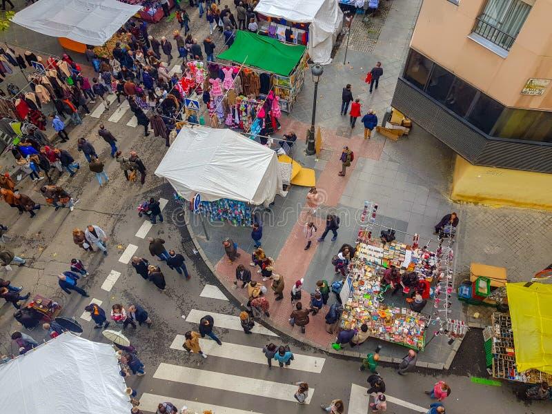 "Â""马德里,Spain"";11-11-2018:MadridÂ的Rastro的顶视图与摊位和人观看的 库存照片"