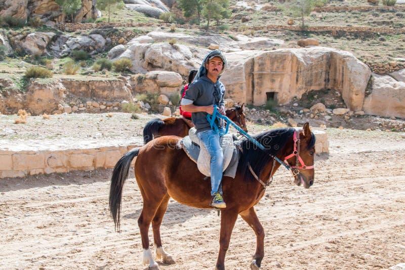 马的人在向罗斯市的路也知道作为Petra Petra是新的七奇迹之一  免版税库存图片
