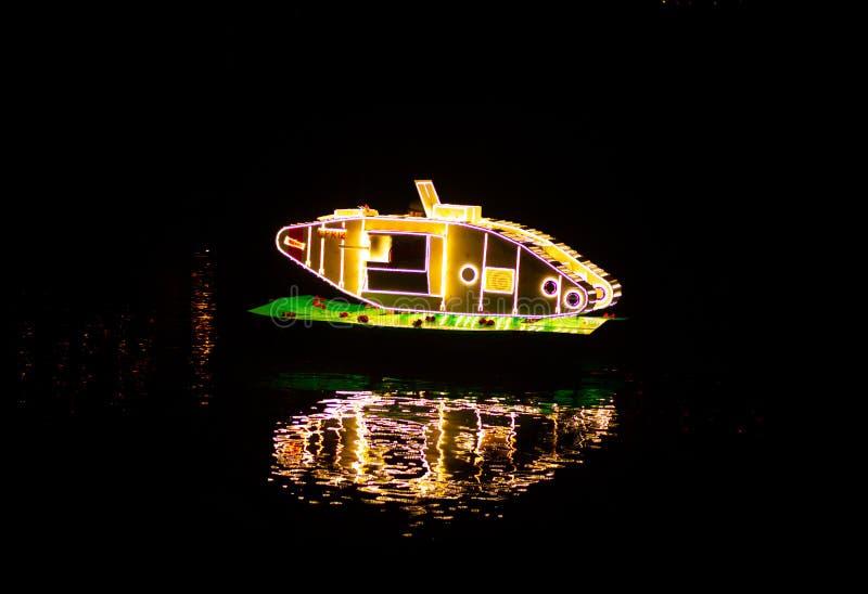 马特洛克浴,英国- 2018年10月6日:漂浮在马特洛克浴照明的河的一辆明亮的坦克 免版税库存图片