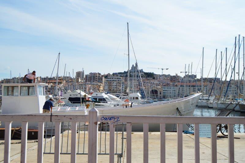 马赛都市风景在Vieux口岸、豪华游艇和小船,马赛,普罗旺斯,法国,2018年10月12日附近的 库存照片