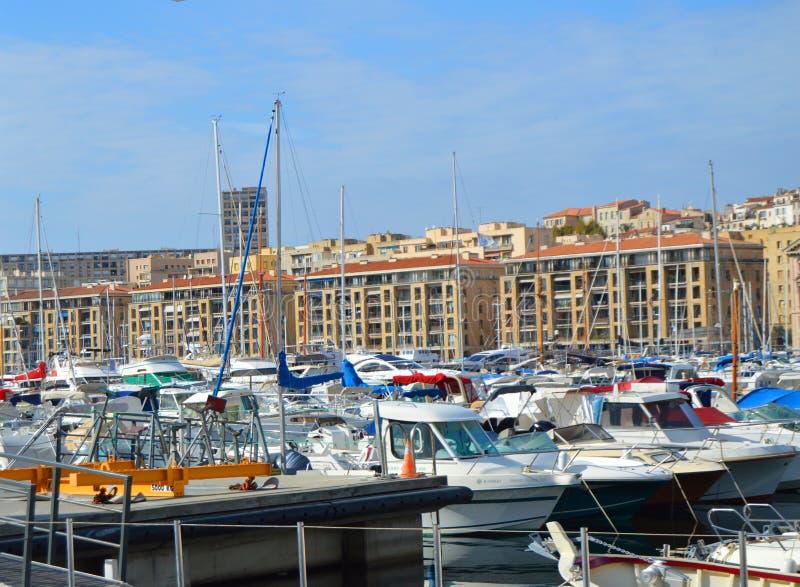 马赛都市风景在Vieux口岸、豪华游艇和小船,马赛,普罗旺斯,法国,2018年10月12日附近的 免版税库存图片