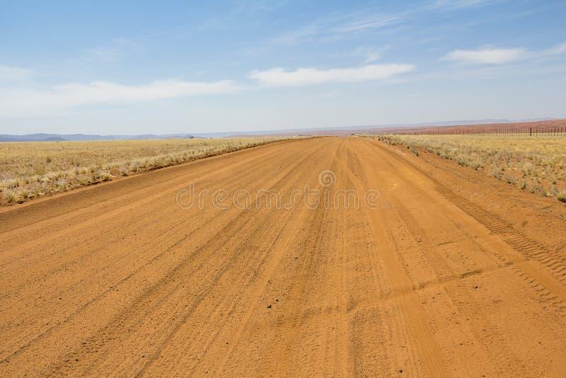 驱动通过纳米比亚的沙漠,红色沙子 免版税库存照片