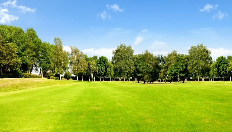 高尔夫球场和蓝天 库存照片