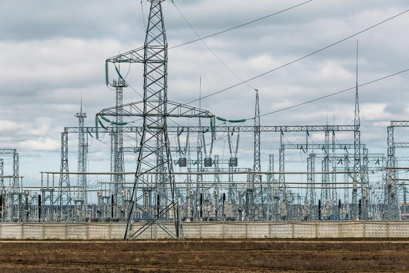 高压电传输定向塔输电线和塔 工业电发行 免版税库存图片