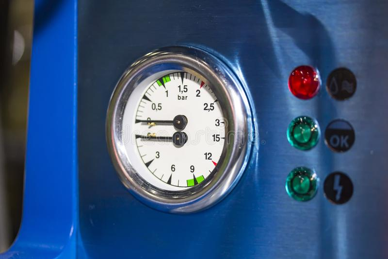 高技术和现代咖啡机的锅炉双重压力表零件有信号灯的 免版税图库摄影