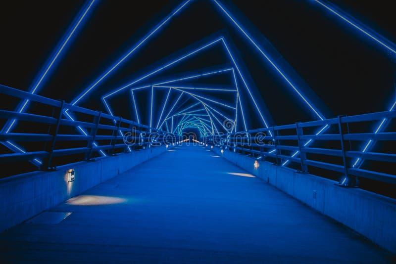 高支架足迹桥梁在布恩,夜间衣阿华 库存照片