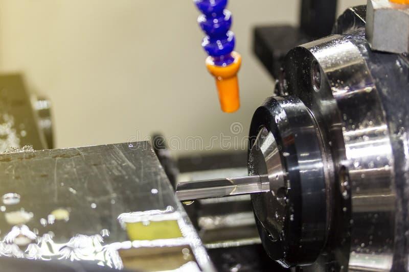高精度和特别长的钻子或深坑做电话工业工作的单槽钻过程 免版税库存图片