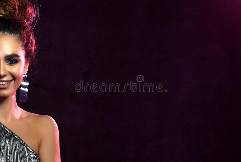 高的方式 有霓虹发光的紫色卷发的华美的迪斯科聚会女孩 年轻美丽的时兴的式样妇女 免版税库存照片