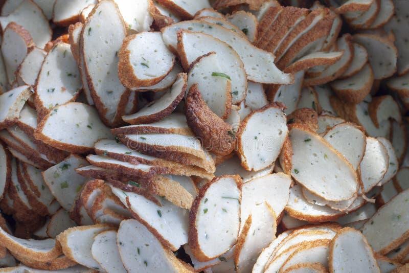 鱼丸切片为烹调做准备 库存照片