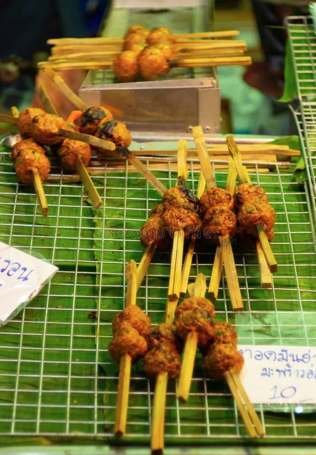 鱼糕和泰国街道食物烤木头  免版税库存图片