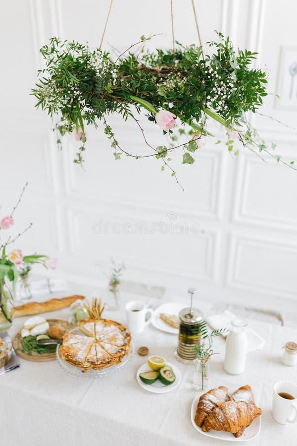 鲜美早餐用新月形面包,饼,在桌上的茶 免版税库存照片