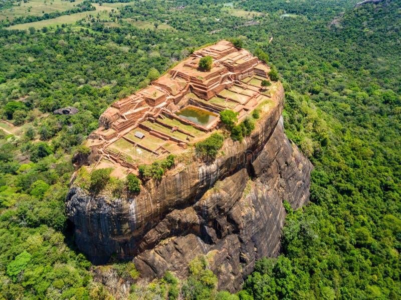鸟瞰图从上面锡吉里耶或狮子岩石、一个古老堡垒和一个宫殿在Dambulla,斯里兰卡 库存照片