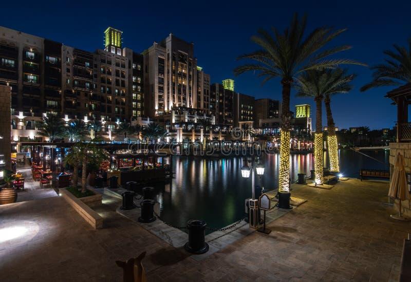 麦纳ASalam Madinat卓美亚奢华酒店集团旅馆在晚上 库存照片