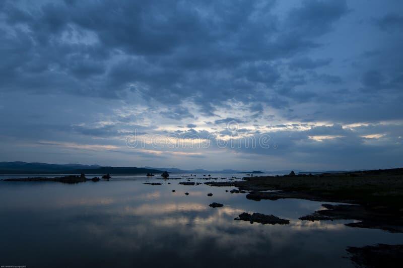 黎明和天空的反射塑象清早光在莫诺湖,加利福尼亚 库存照片