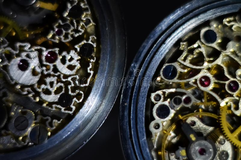 黑人女孩隐藏人摄影s衬衣白色 最基本的小时 古色古香的古色古香的钟表机构,首饰板刻 机械怀表特写镜头 库存照片
