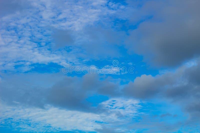 黑暗和白色云彩 库存照片