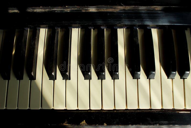 黑白钢琴锁上特写镜头 老钢琴 库存图片