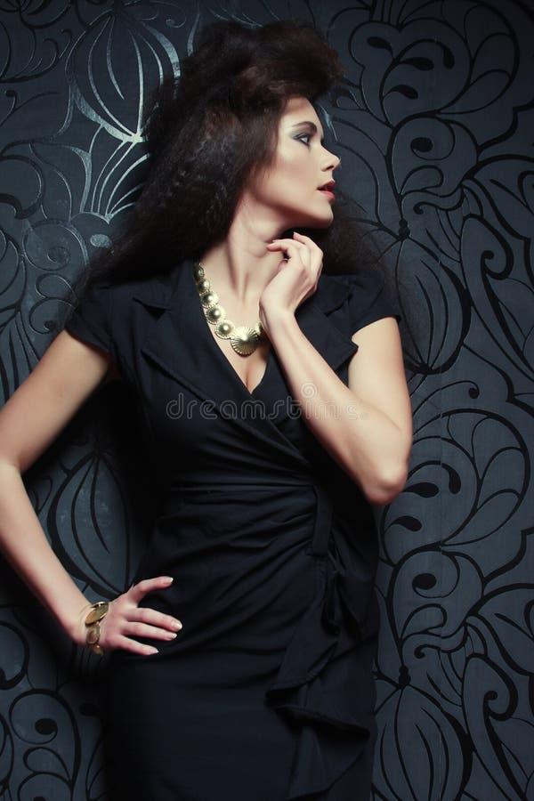 黑色礼服时髦的女人 美丽的夫妇跳舞射击工作室妇女年轻人 库存照片