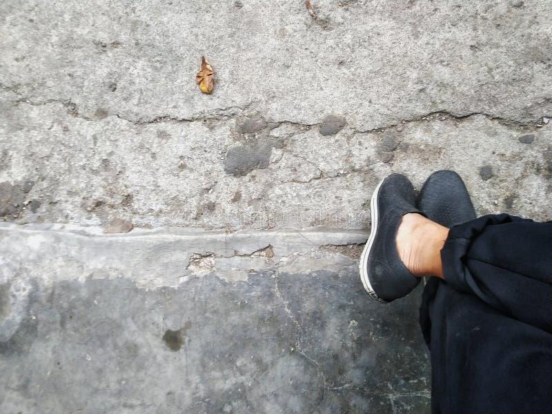 黑鞋子和黑长裤 免版税库存照片