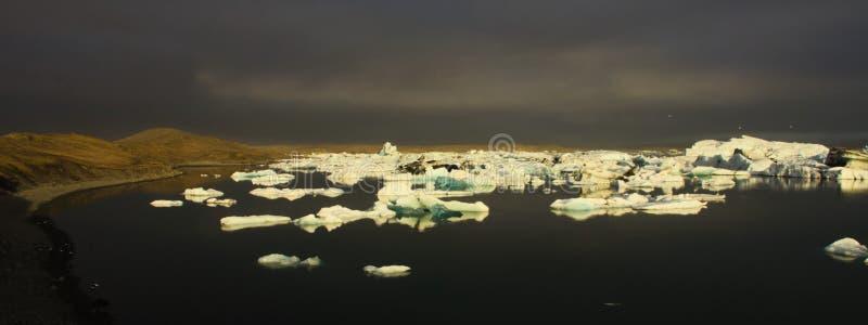 黄昏的冰河湖冰河盐水湖 免版税库存图片