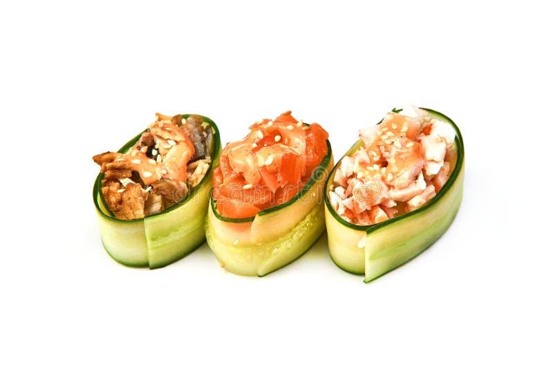 黄瓜卷用火腿和奶油奶酪在白色背景 图库摄影