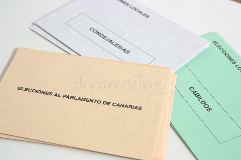 黄雀色社区的选举信封 免版税库存照片