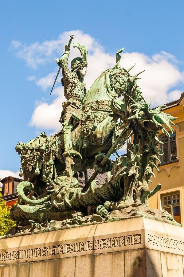 龙乔治圣徒 古铜色雕象在斯德哥尔摩,瑞典 它开始了1912年10月10日,争斗的日期  免版税库存图片