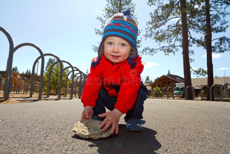 Één Éénjarige die bij Park spelen stock foto