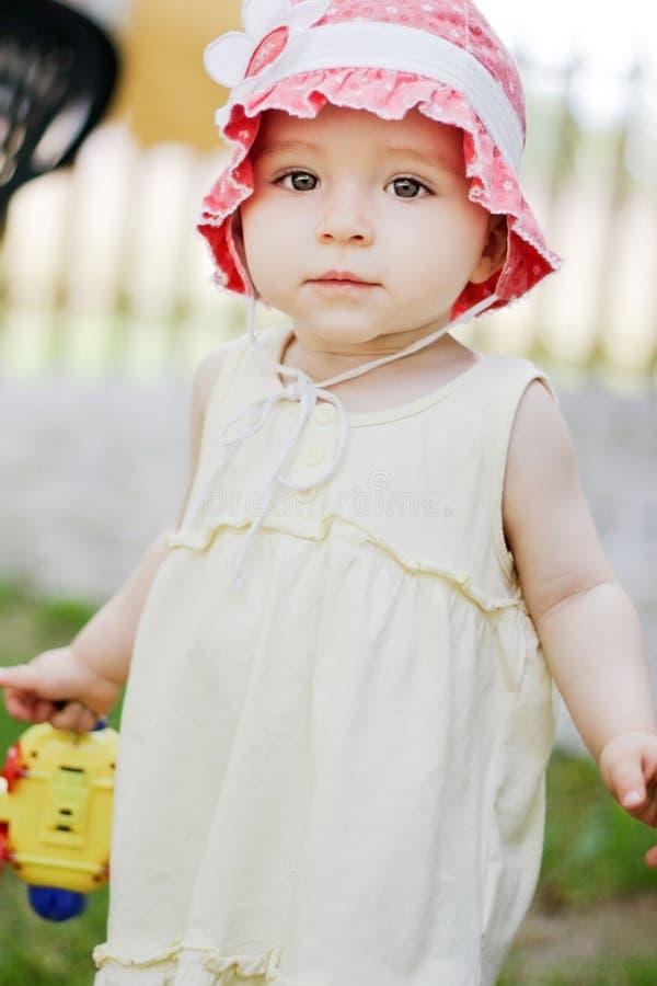 Één éénjarigemeisje in een rode hoed stock fotografie