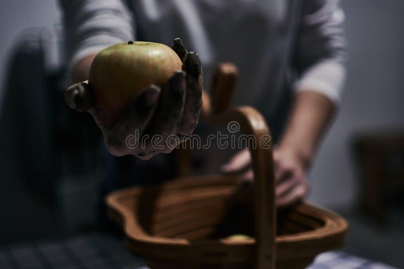 Één of andere applesjuicyappel in vuile handen royalty-vrije stock afbeeldingen