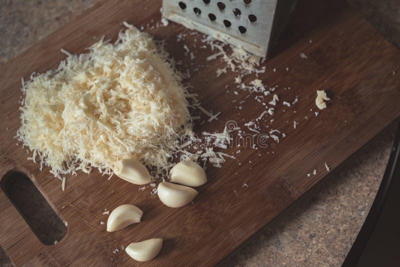 Één of andere knoflook en kaas op houten broodplank royalty-vrije stock foto
