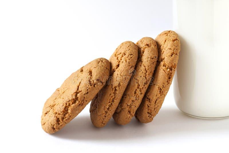 Één of andere koekjes en fles melk royalty-vrije stock afbeeldingen