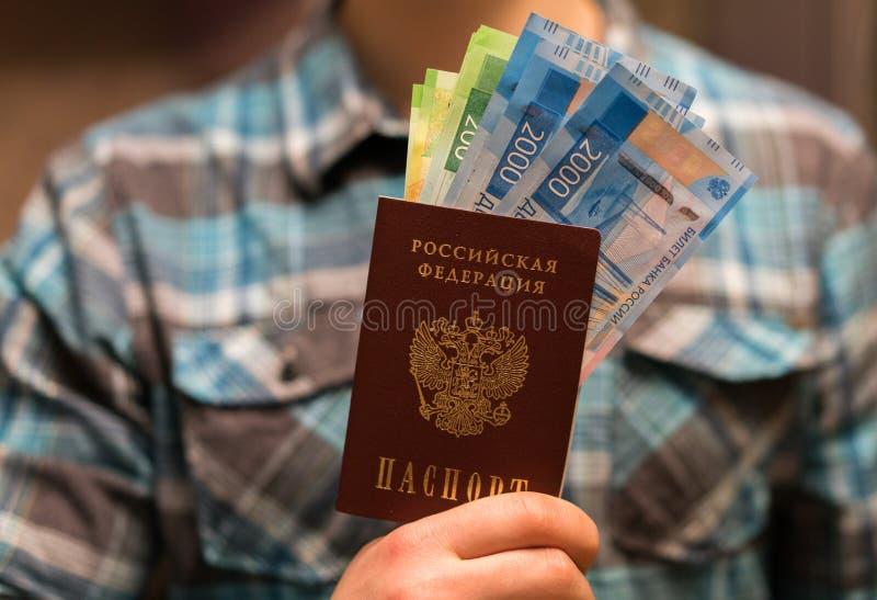 Één of andere Russische munt, met inbegrip van de nieuwe 200 en 2000 Roebelrekeningen royalty-vrije stock fotografie