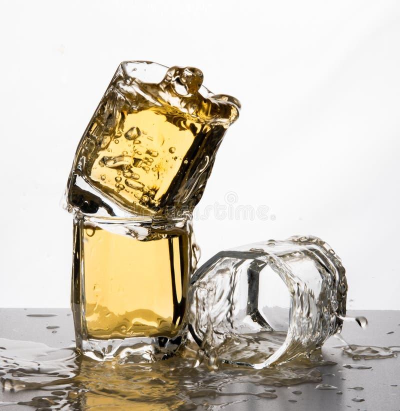 Één of andere van de de morserijplons van het glazenwater motie van de het appelsapwisky stock foto's