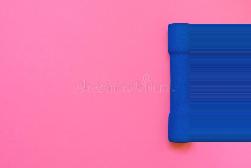 Één blauwe vrouwen` s domoor op fuchsiakleurig roze achtergrond hoogste meningsvlakte lag Glitch van de pixelrek dynamicaimitatie stock afbeelding