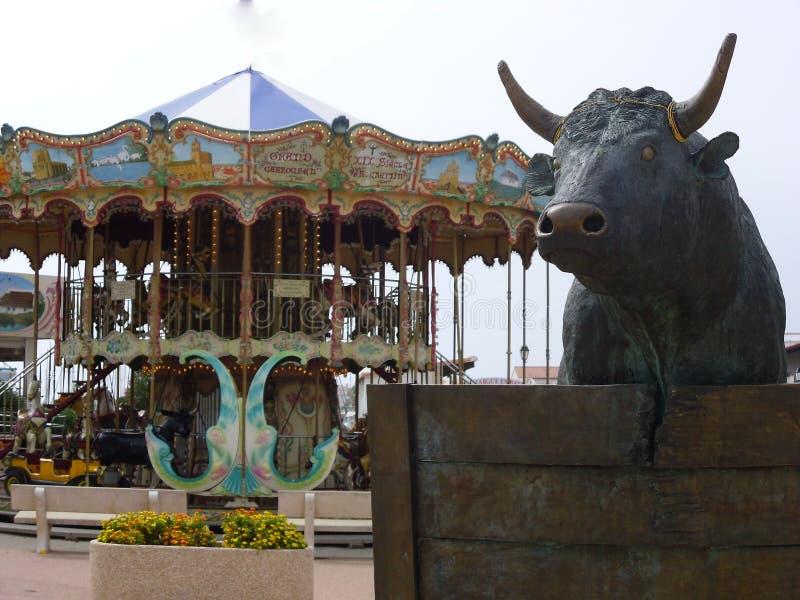 Één detail van Saintes Maries DE La Mer, een carrousel en een stier in Saintes Maries DE La Mer, de Provence, Frankrijk stock foto