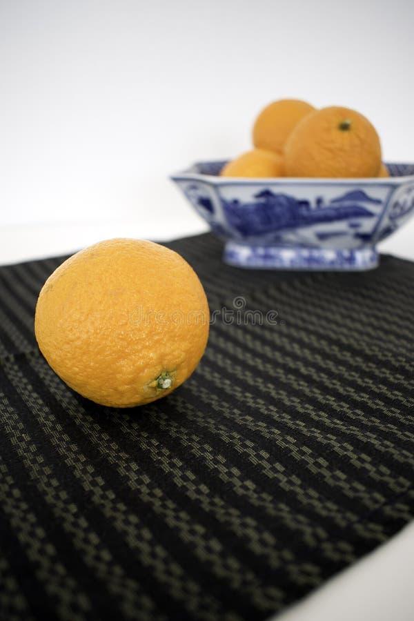 Één die Mandarijntje voor Schotel met Meer Sinaasappelen wordt gevuld stock fotografie
