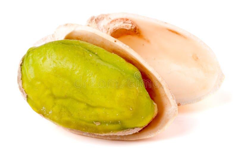 Één die pistache op witte achtergrondclose-upmacro wordt geïsoleerd stock foto