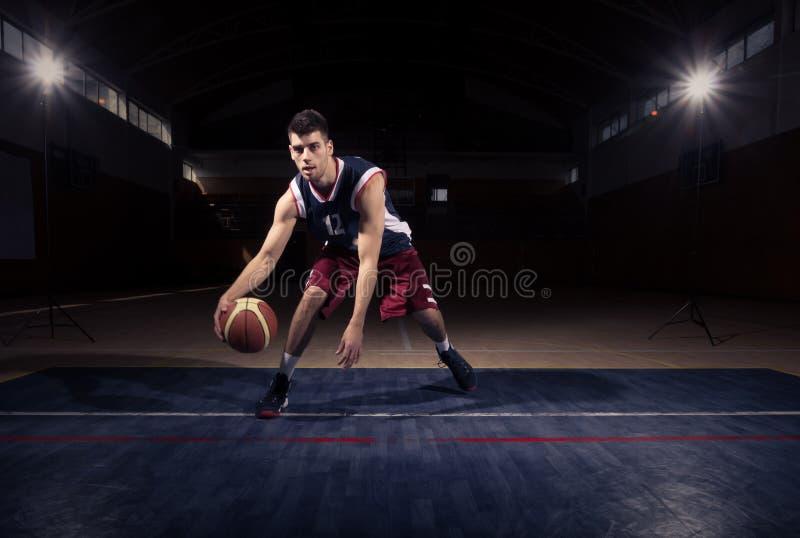 Één dribble van de basketbalspeler bal royalty-vrije stock foto's