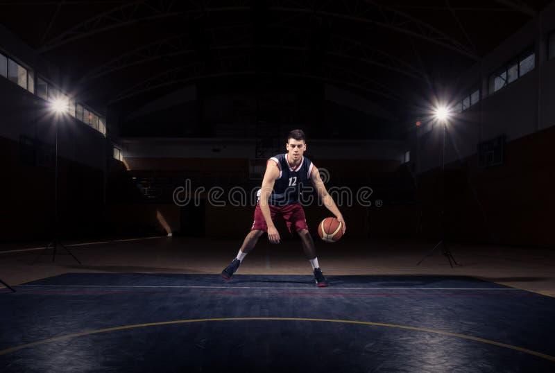 Één dribble van de basketbalspeler bal royalty-vrije stock fotografie